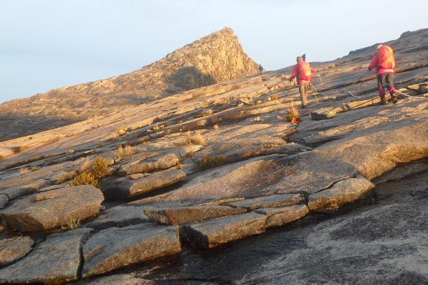 キナバル山 山頂直下から最高峰ロウズピーク(4095m)を望む